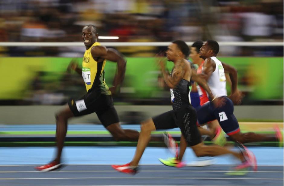 La imagen muestra cómo Usain Bolt sonríe a la cámara mientras gana medalla de oro. (Foto: Kai Oliver/Reuters)