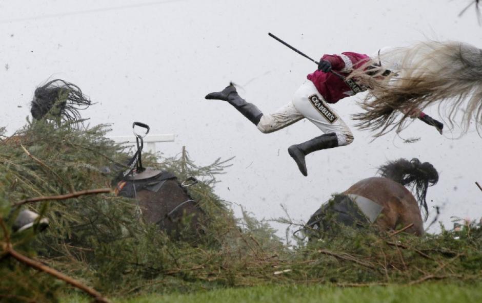 Un caballo lanza por el aire a su jinete en Reino Unido. (Foto: Tom Jerkins/The Guardian)