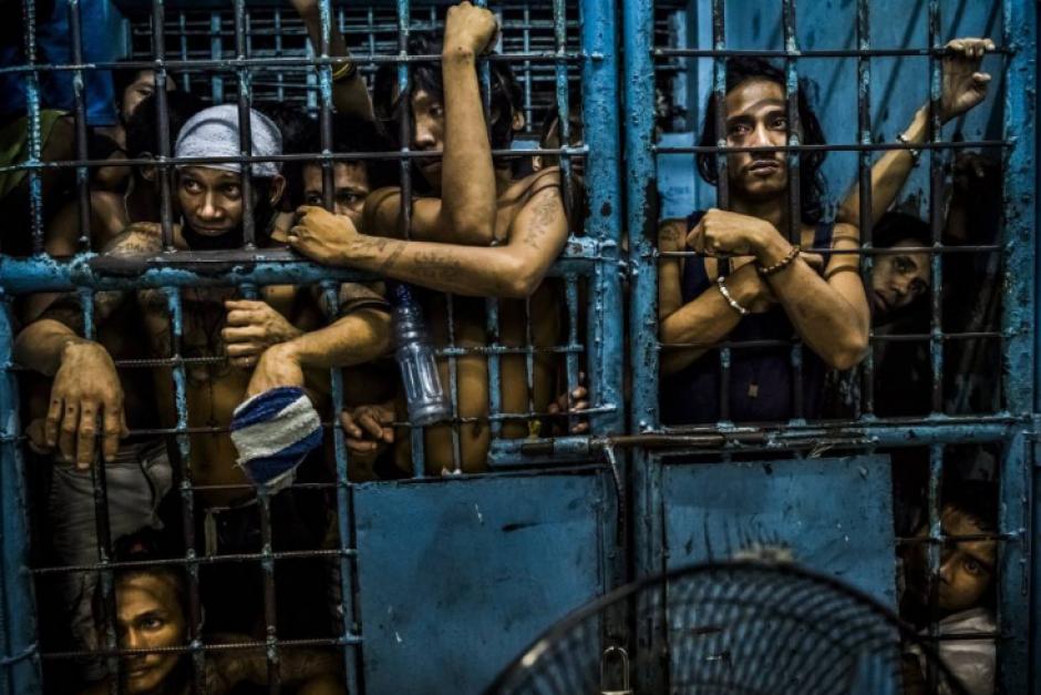 Un grupo de presos en una comisaría de Filipinas. (Foto: Daniel Berehulak/The New York Times)