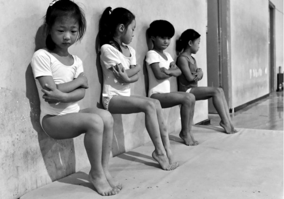 Estudiantes en China durante una clase de gimnasia en esa posición durante media hora. (Foto: Teijun Wang)
