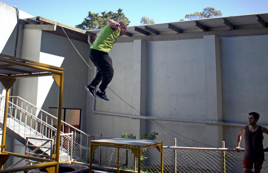 El sueño de muchos de los que practican parkour es aprender a saltar grandes distancias. (Foto: José Dávila/Soy502)