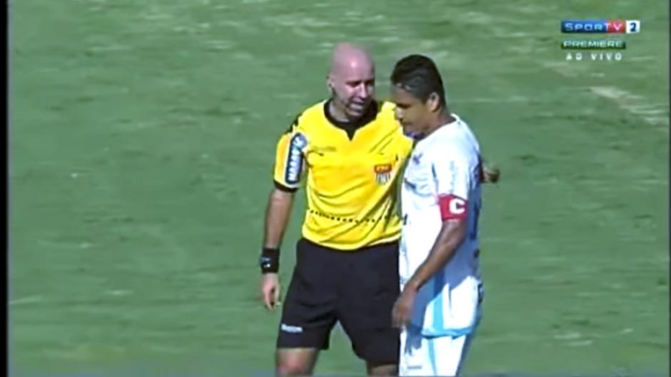 El árbitro explica al defensor que la pelota cruzó la línea de gol. (Captura Youtube)
