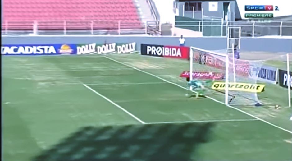 Sin embargo, no pudo cambiar la decisión del árbitro central. (Captura Youtube)