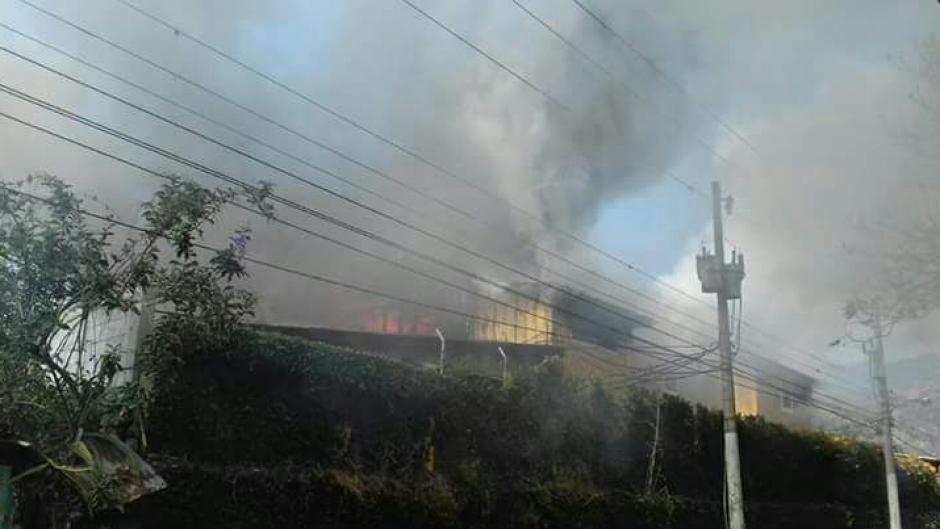 El hecho se dio en horas de la mañana en el turístico municipio de Panajachel. (Foto: Bomberos Voluntarios)