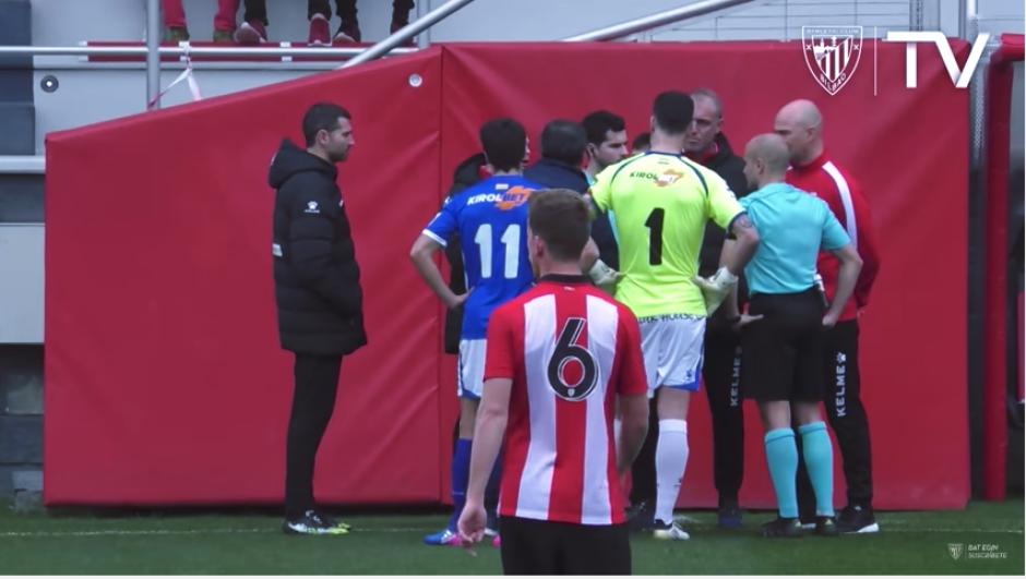 Al encontrar la solución, se expone a los representantes de los equipos si están de acuerdo con el cambio. (Captura Youtube)