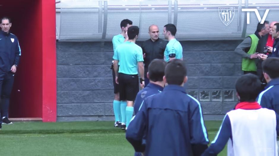 Los árbitros conversan sobre las acciones a tomar. (Captura Youtube)