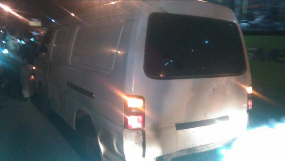 Una panel sin placas de la PNC fue detenida por los agentes de tránsito. (Foto: Dalia Santos)