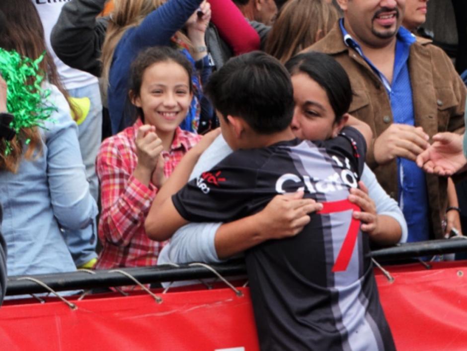 Una madre conmovida por el desempeño de su hijo y triunfo de Académico Soccer, equipo que ganó en la categoría de 9 y 10 años. (Foto: cortesía Darianelly Aquino)