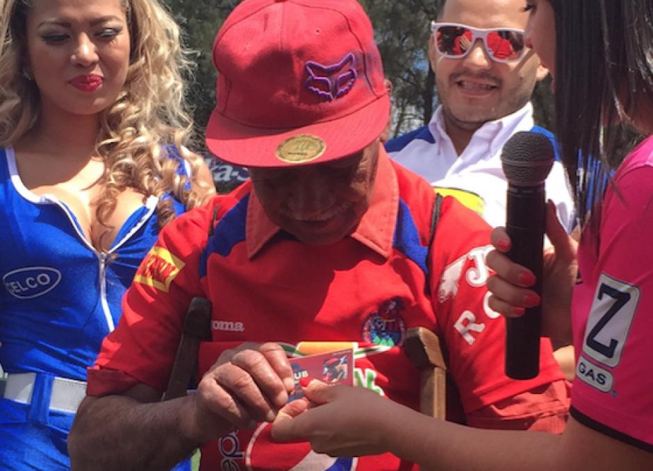 El club Municipal le entregó a Higinio Quintana una membresía para que ingrese gratis al estadio a ver a los rojos. (Foto: Luis Barrios/Soy502)