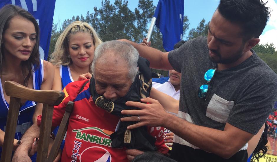 Kamiani Félix le entrega una camiseta conmemorativa a Higinio Quintana. (Foto: Luis Barrios/Soy502)
