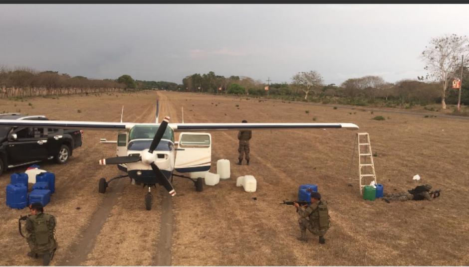 Un operativo conjunto permitió la detención de la aeronave. (Foto: Ejército de Guatemala)