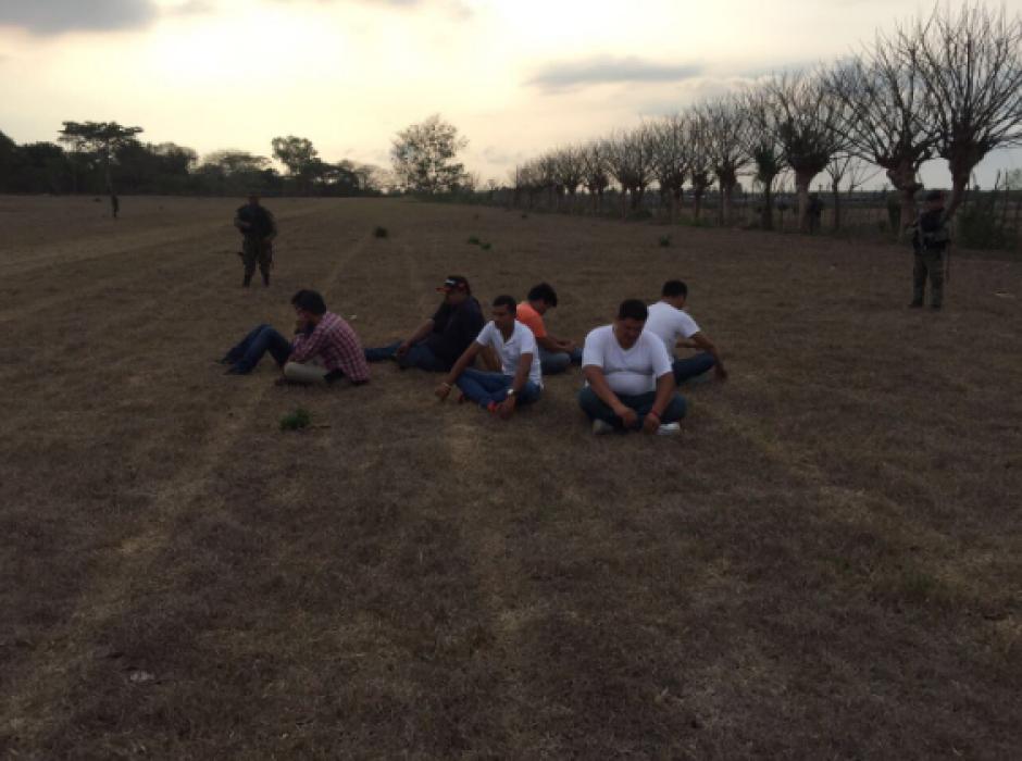 Así detuvieron a los tripulantes de la nave. (Foto: Ejército de Guatemala)
