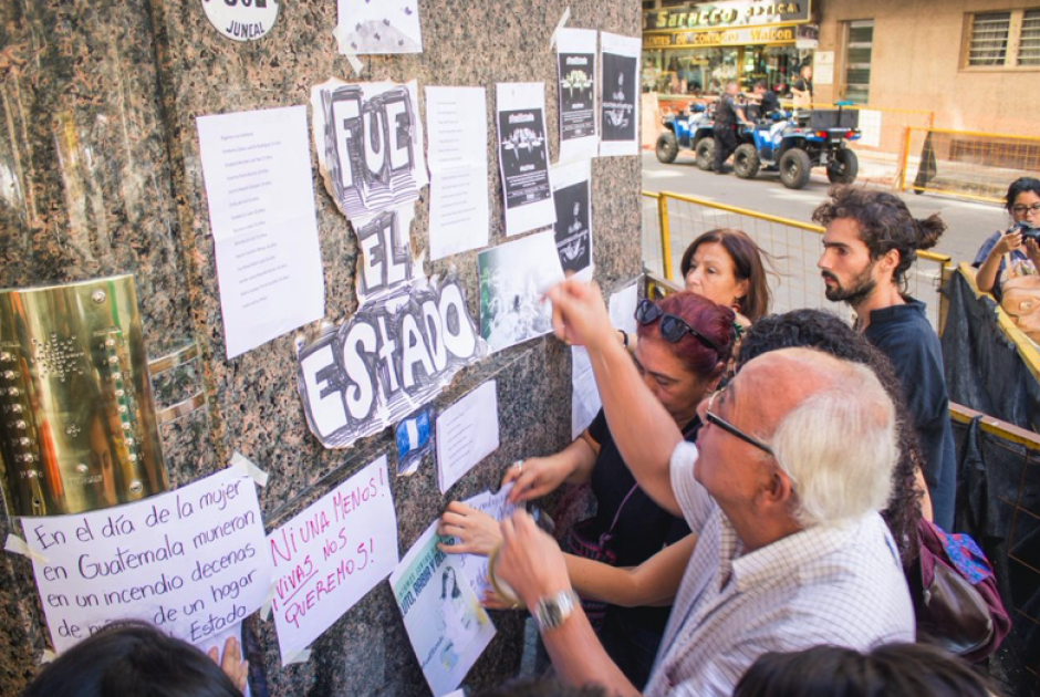 Los manifestantes pegaron carteles improvisados en la pared del edificio. (Foto: José López Ruano)