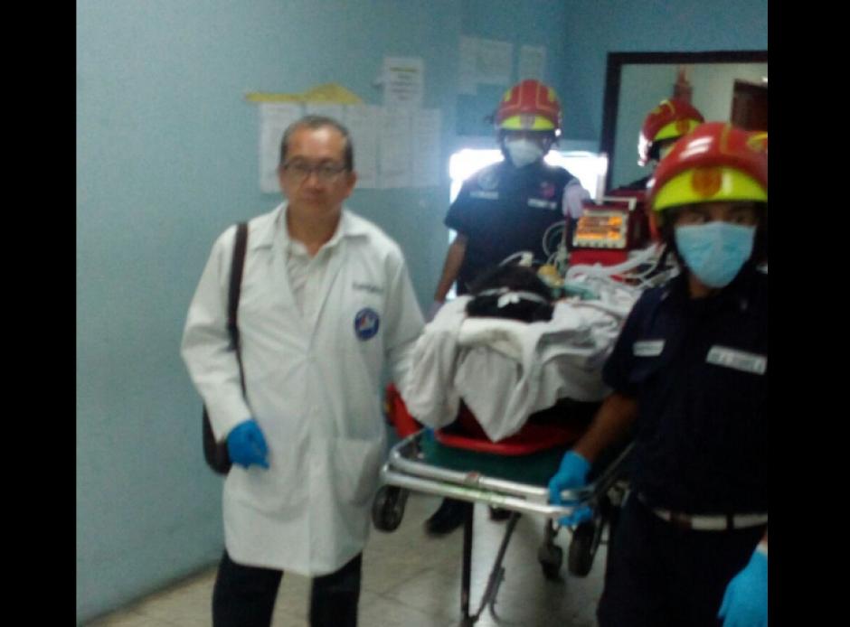 Los paramédicos trasladaron así a las niñas con quemaduras. (Foto: Bomberos Municipales)