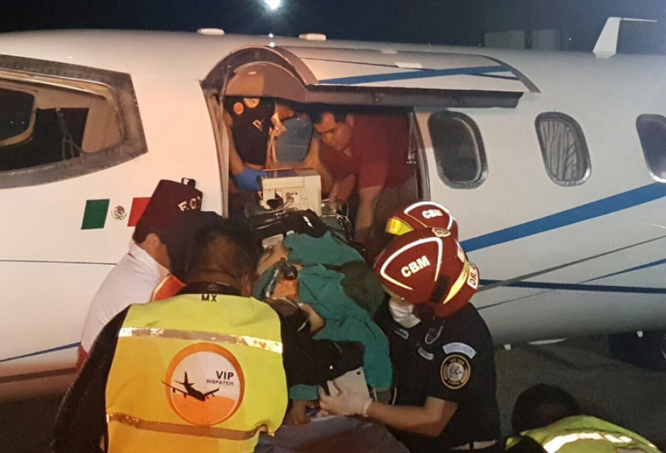 Estos fueron los momentos en que las subieron a los aviones ambulancia. (Foto: Bomberos Municipales)