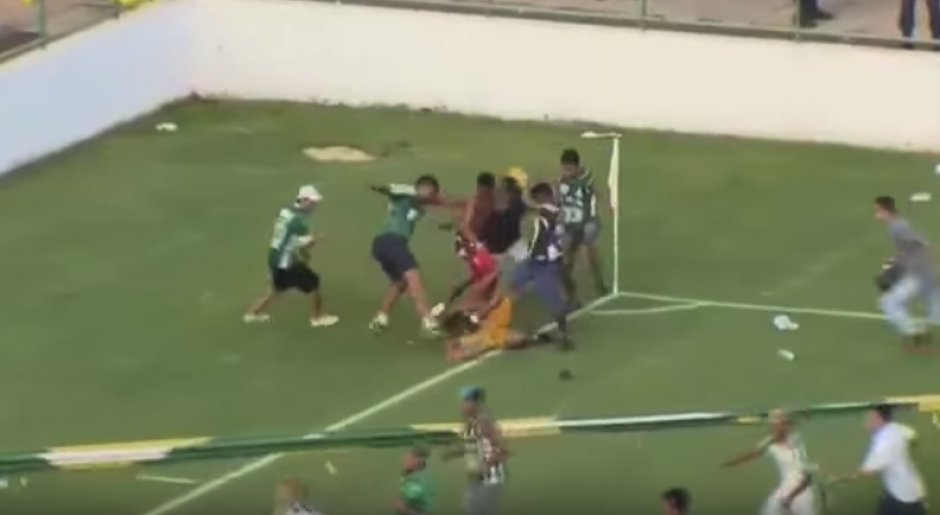 Los aficionados saltaron a la cancha y actuaron de forma violenta. (Foto: Captura de video).