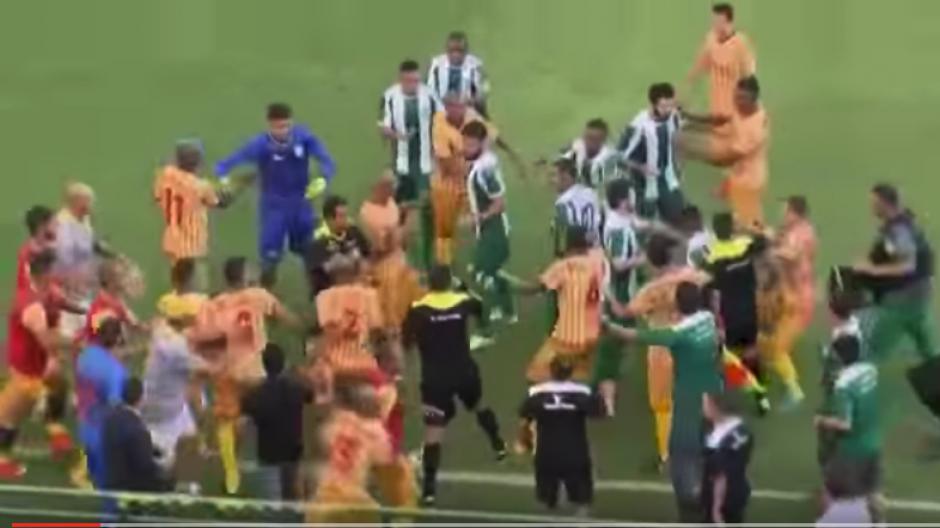 Batalla campal entre jugadores y aficionados en Brasil. (Foto: Captura de video)