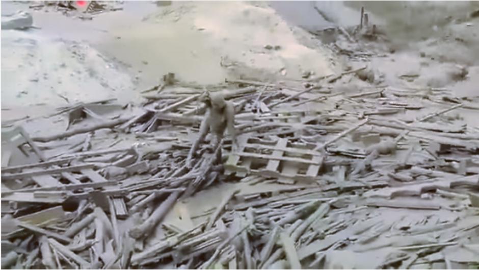 La mujer emerge de los escombros ante el asombro de las personas. (Captura video)