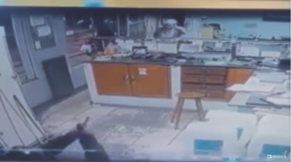 Aprovecha una distracción para dispararle al asaltante. (Captura Video)