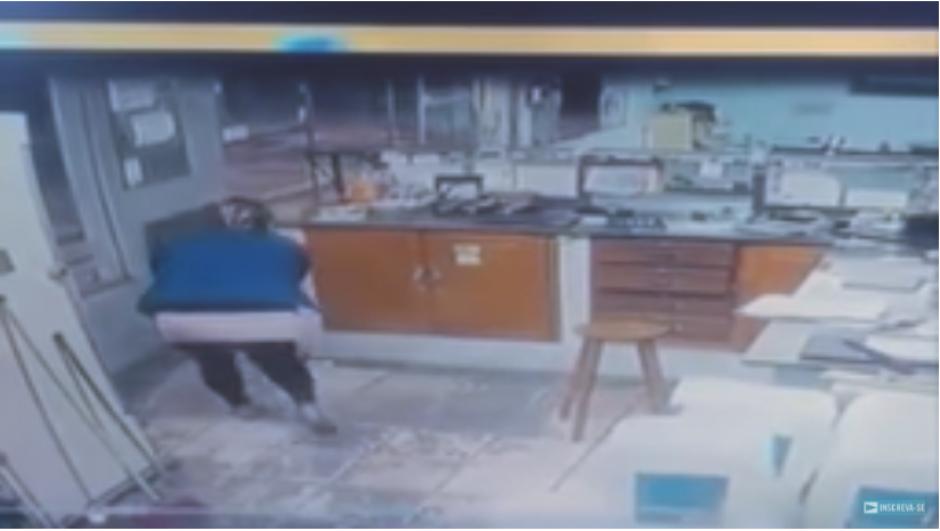 Tras los disparos, los delincuentes logran escapar del lugar. Uno fallece por las heridas. (Captura Video)