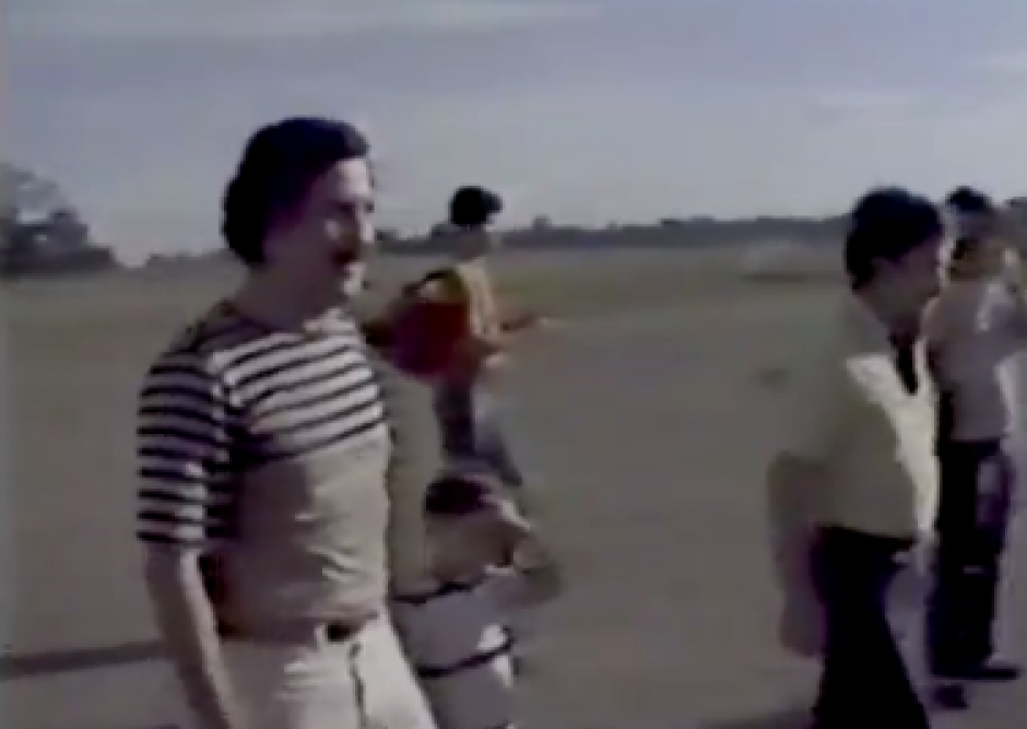 Pablo Escobar y Sebastián en la finca Nápoles. (Foto: Twitter)