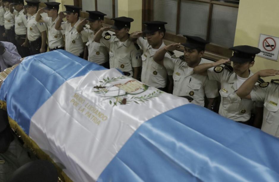 La PNC rindió homenaje a los tres agentes que murieron. (Foto: Alejandro Balán/Soy502)
