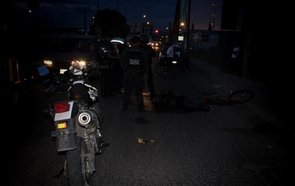 Policías que estaban cerca de la escena del incidente actuaron para que el joven no sufriera mayores daños. (Foto: Excélsior)