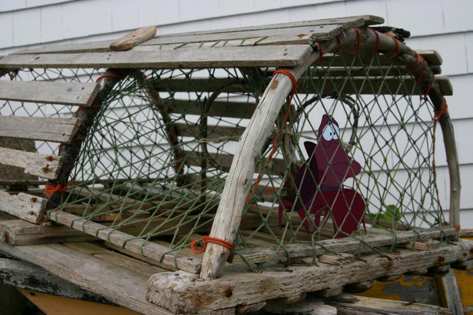 El inquieto Sebastián fuera exhibido dentro de una jaula. (Imagen: disneyunhappilyeverafter)