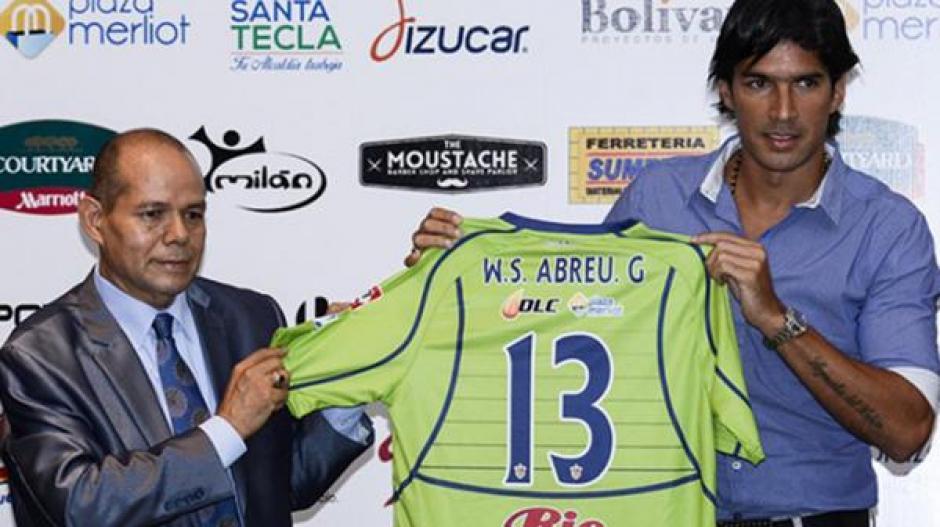 """Al momento de su presentación oficial en El Salvador, """"El Loco"""" utilizó el 13. (Foto: Infobae)"""