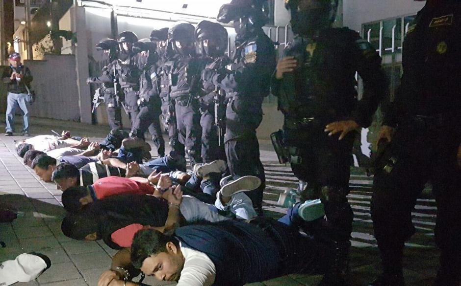 Los detenidos son llevados a tribunales. (Foto: PNC)