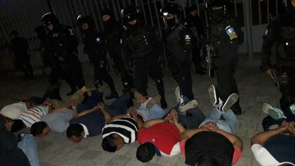 Los 13 capturados fueron detenidos por la PNC. (Foto: PNC)