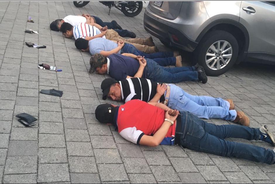De los 13 detenidos, 5 son policías activos de la PNC. (Foto: PNC)