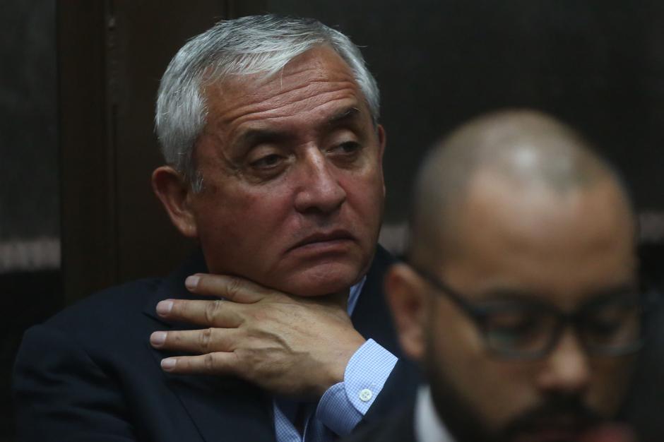 El expresidente Otto Pérez Molina sufre el calor en la sala. (Foto: EFE)