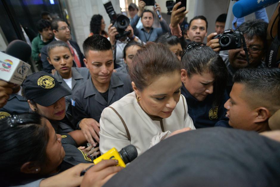 Un nutrido grupo de agentes del Sistema Penitenciario es utilizado para trasladar a Baldetti. (Wilder López/Soy502)