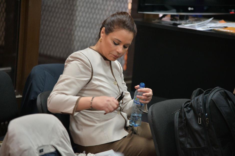 La exvicepresidenta Baldetti busca su DPI para indicar su número al juez. (Foto: Wilder López/Soy502)