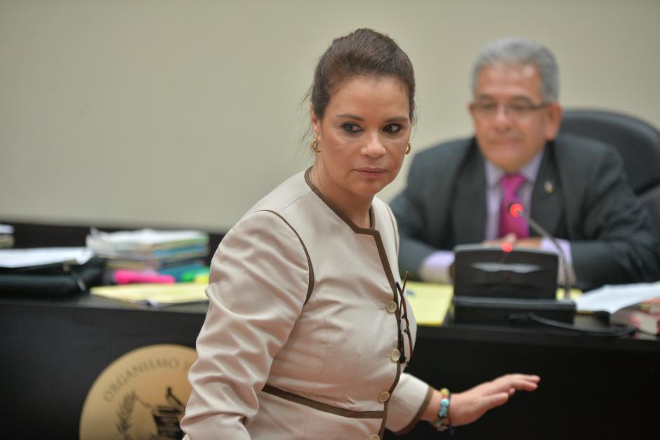 La exvicepresidenta Roxana Baldetti regresa a su lugar en la sala de audiencias. (Foto: Wilder López/Soy502)