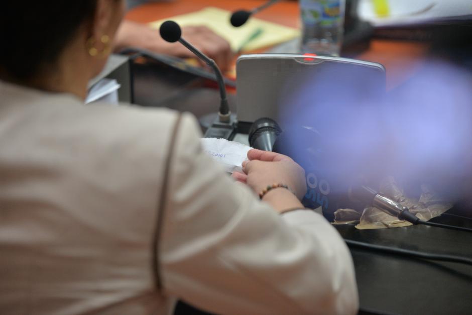 La exvicepresidenta hizo uso de su papelito al momento que pasó a dar sus datos al juez. (Foto: Wilder López/Soy502)