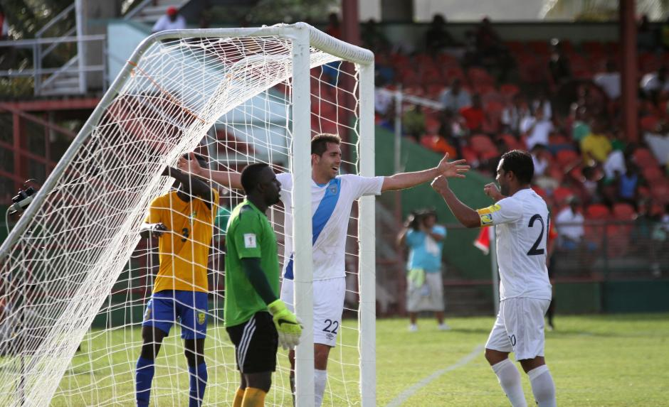 Minor López Campollo celebra junto a Carlos Ruiz el segundo gol, de los tres que anotó la Selección Nacional en el estadio Arnos Vale. (Foto: Luis Barrios/Soy502)