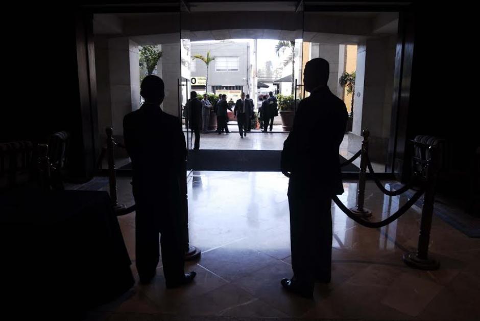 Agentes de seguridad de la SAAS custodiaban el escenario donde se llevaría a cabo un acto en el que participarían varios funcionarios de Gobierno. (Foto: Jesúes Alfonso/ Soy502)