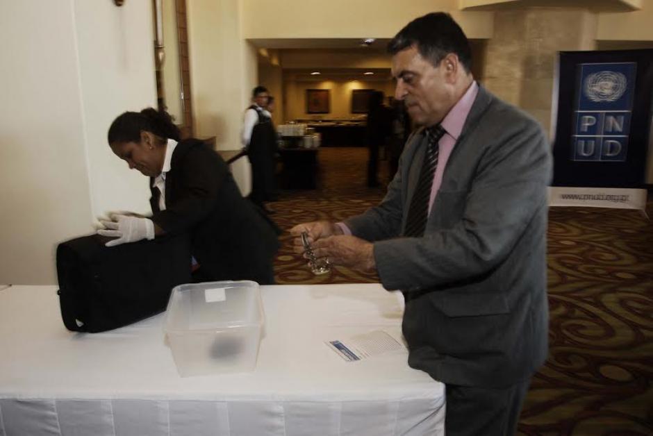 Agentes de la SAAS revisaron todos los bolsos y detalladamente cada uno de los artículos que ingresaron a la sala donde estaría en un acto público el Presidente de la República y el Ministro de Gobernación. (Foto: Jesús Alfonso/Soy502)