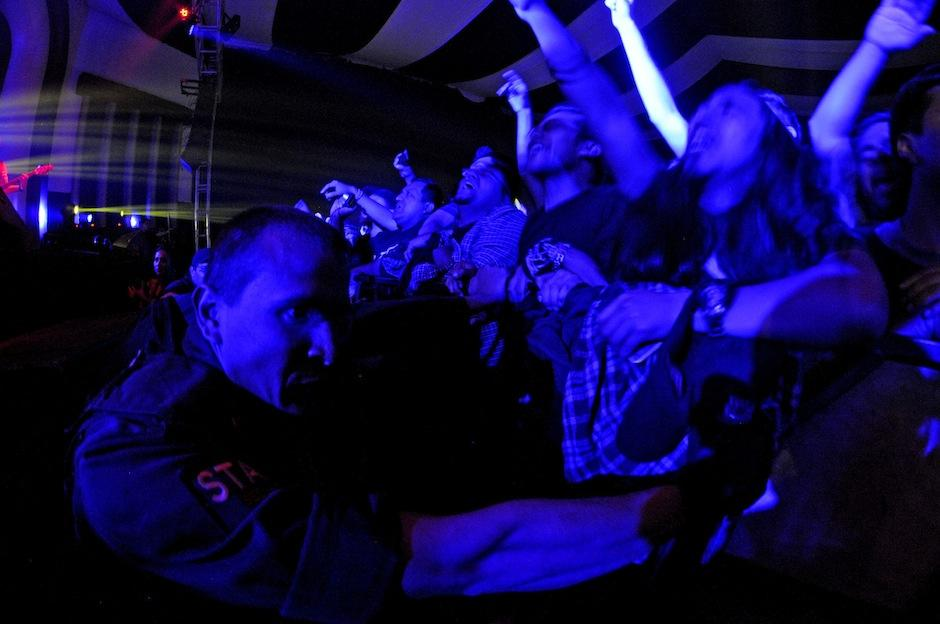 La seguridad del concierto sostenía con fuerza la barda que dividía el escenario del público, pues la energía de los presentes estuvo a punto de vencer los obstáculos que les impedían estar cerca de su grupo favorito. (Foto: Esteban Biba/Soy502)
