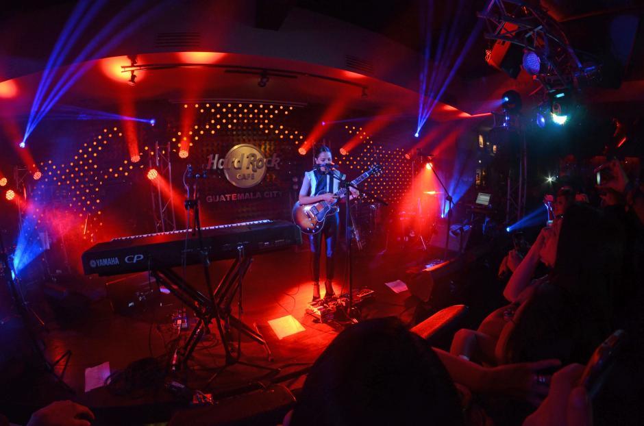 La noche abrió espectacular. El escenario se iluminó con la presencia de Natalia Lafourcade. (Foto: Esteban Biba/Soy502)