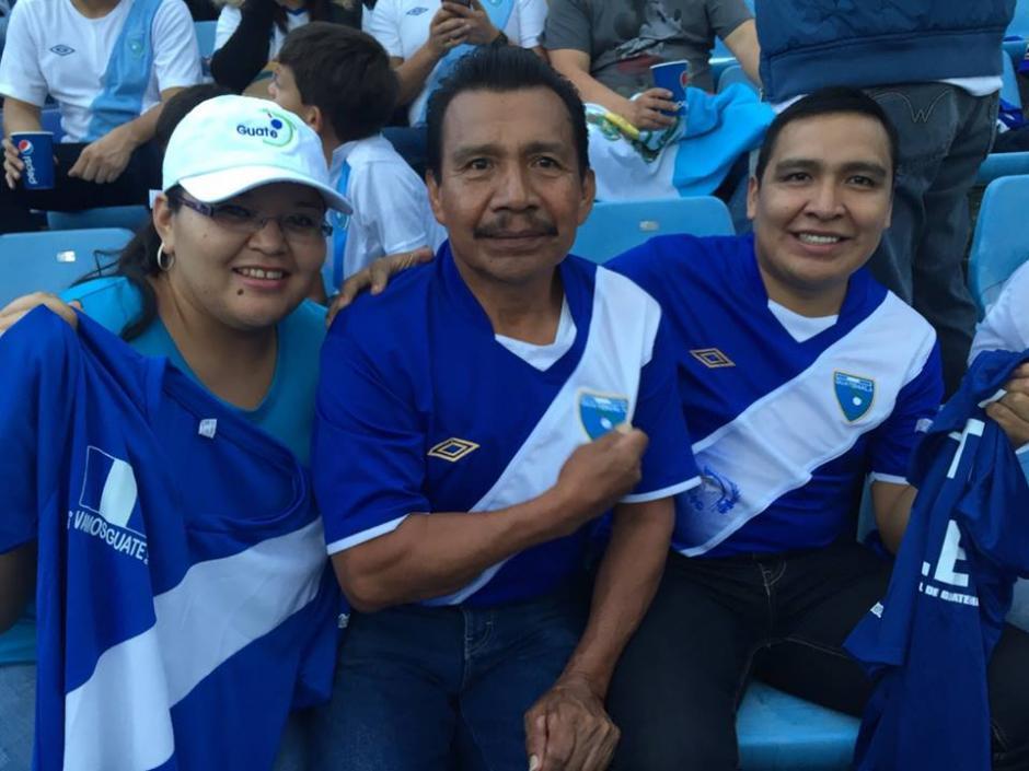 Las familias guatemaltecas asisten para apoyar a la selección Nacional frente a Trinidad y Tobago. (Foto: Nuestro Diario)