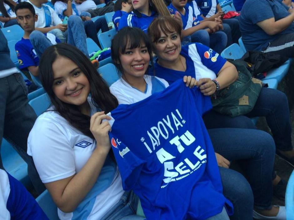 Así los aficionados de Guatemala esperan el inicio del sueño mundialista en casa frente a Trinidad y Tobago. (Foto: Nuestro Diario)