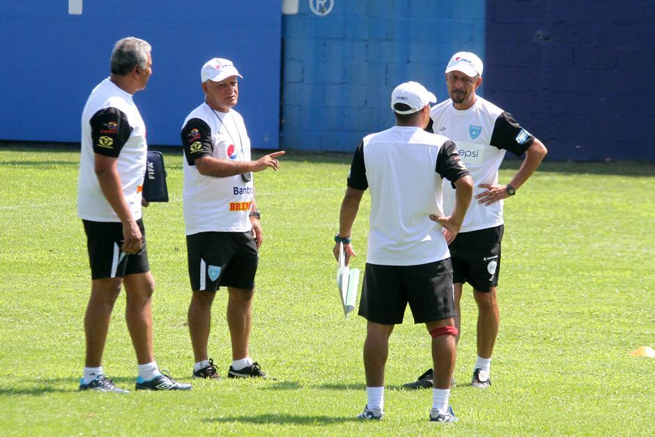 El cuerpo técnico conversa durante la práctica de la Sele. (Foto: Luis Barrios/Soy502)