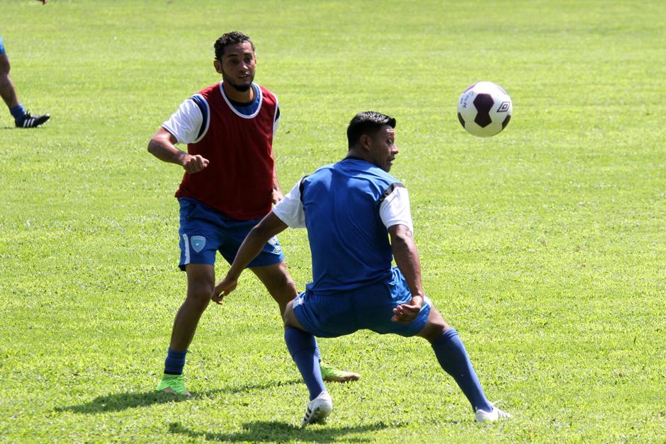 Carlos Castrillo (espaldas) se recuperó de su dolencia y entrenó con normalidad. (Foto: Luis Barrios/Soy502)