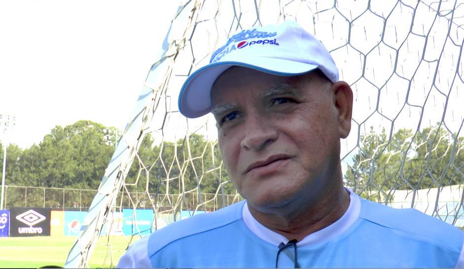 Walter Claverí conversa con los medios antes de la práctica. (Foto: Luis Barrios/Soy502)