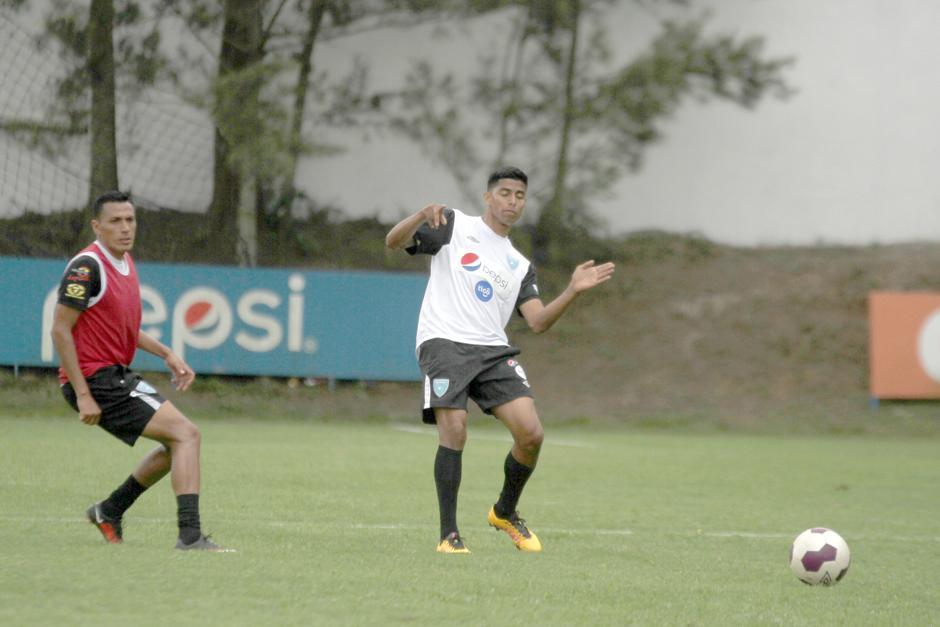 Moisés Hernández, del FC Dallas se entrenó como defensor central. (Foto: Luis Barrios/Soy502)