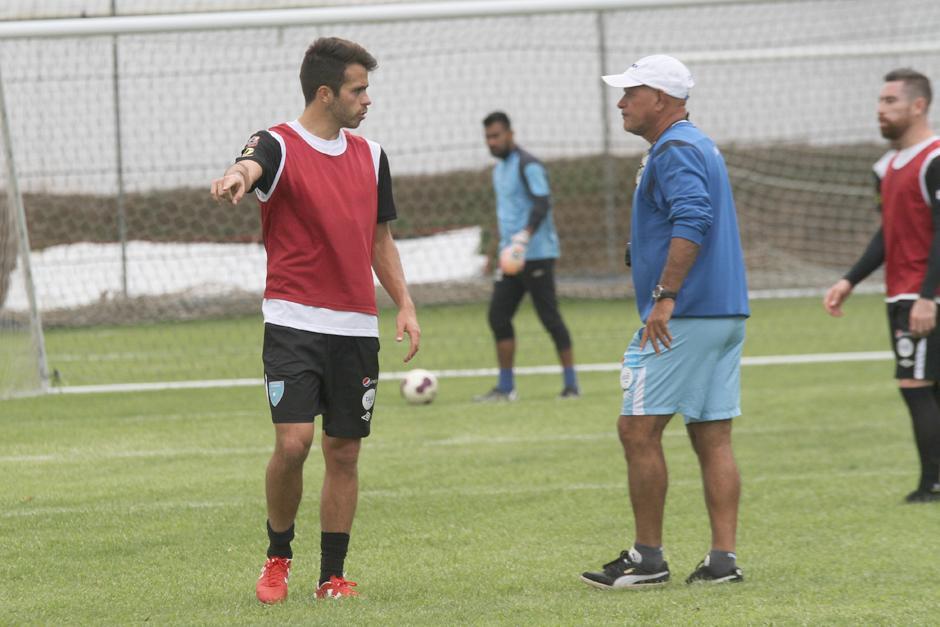 Claverí conversa con Rodrigo Saravia en la práctica. (Foto: Luis Barrios/Soy502)