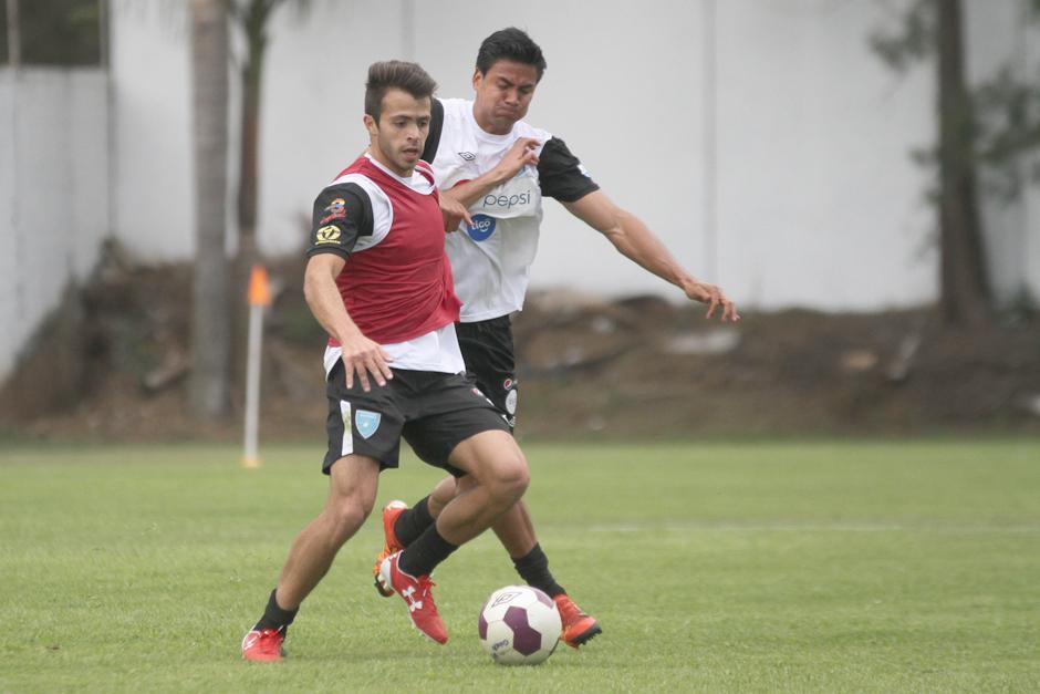 Rodrigo Saravia en plena lucha por el balón con Luis Cardona. (Foto: Luis Barrios/Soy502)